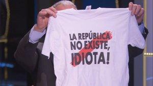 Josep Bou li regala a Cristina Puig una samarreta amb la frase «La República no existeix, idiota»