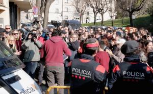 Moment de la sortida d'un dels alcaldes detinguts a la comissaria de Girona.