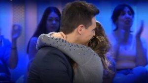 Quan va finalitzar el missatge, la parella es va abraçar
