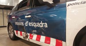Un cotxe de Trànsit dels Mossos d'Esquadra amb greus desperfectes per la persecució a la ronda de Dalt.
