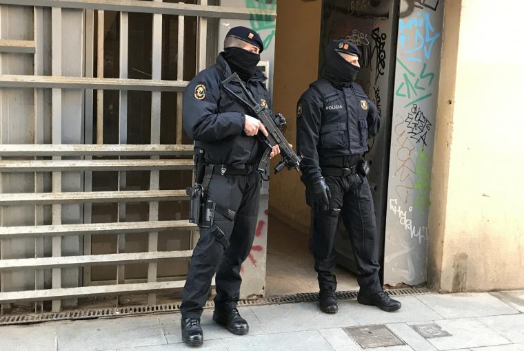 Dos agents de la BRIMO dels Mossos a la porta de l'operatiu antiterrorista de Barcelona.