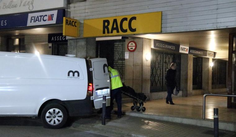 Imatge de la retirada del cadàver del pis de l'avinguda dels Països Catalans de Banyoles.