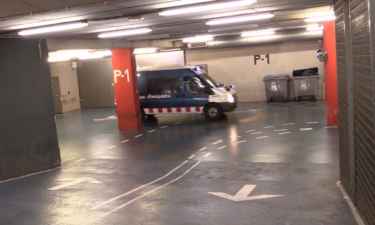 Imatge d'un vehicle de trasllat dels Mossos a la comissaria de les Corts.