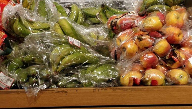 fruites i verdures en bosses de plàstic