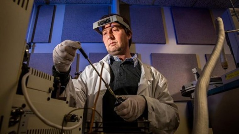 Un dels investigadors analitzant mostres d'aigua