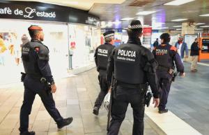 Agents de l'USP de la Guàrdia Urbana i de l'ARRO dels Mossos a l'estació de plaça de Catalunya.