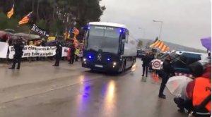 Els presos sobiranistes abandonen Brians 2 amb l'autobús de la Guàrdia Civil