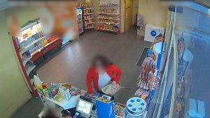 Imatge enregistrada en una benzinera on es pot veure l'atracadora que amenaçava amb un ganivet de grans dimensions