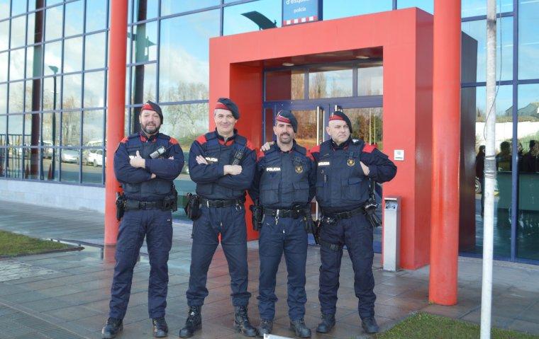 Quatre agents de l'ARRO de Lleida a la porta de la comissaria dels Mossos.