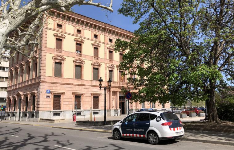 Imatge d'un cotxe patrulla dels Mossos davant dels jutjats de Lleida.