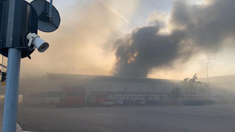 incendi seat zona franca barcelona twitter Elliotthidalgo1