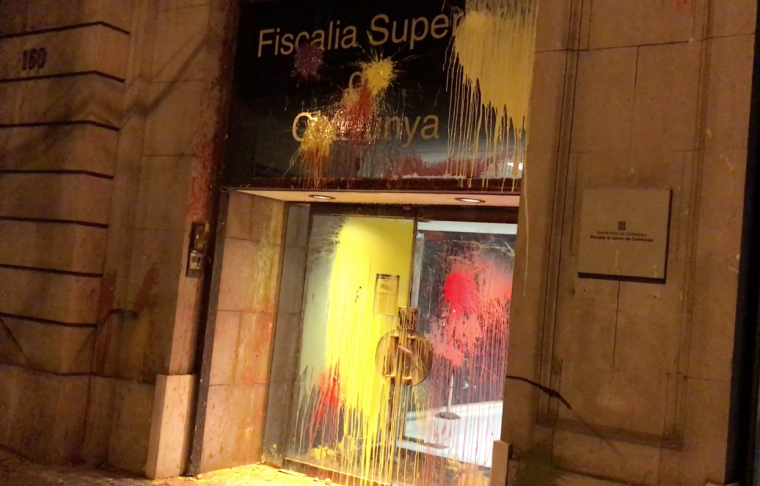 Porta de la Fiscalia Superior de Catalunya a Barcelona, atacada pel CDR.