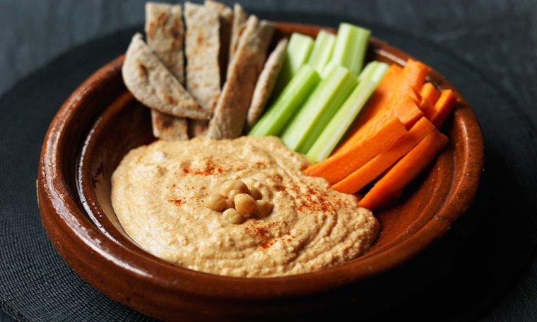 L'hummus es pot combinar amb pals de pastanaga i pebrot