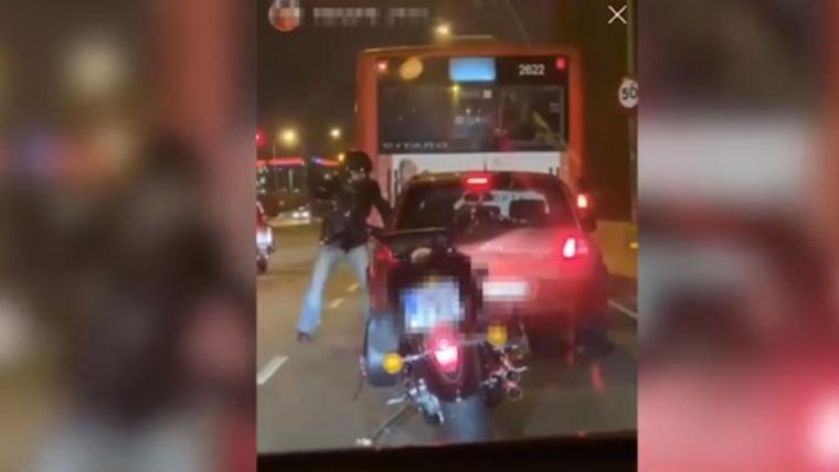 Un motorista agredeix brutalment un conductor a la Meridiana de Barcelona