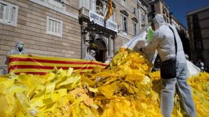 Imatge dels llaços que han abocat aquest matí davant el Palau de la Generalitat