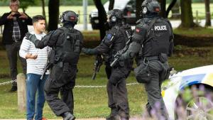 La policia de Nova Zelanda, amb un dels afectats per l'atac