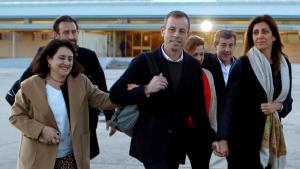 Sandro Rosell, acompanyat per la seva família, a la sortida de la presó