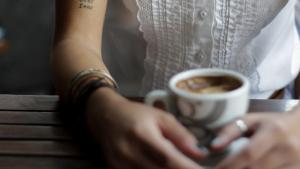 Adverteixen sobre un cafè que conté substàncies atípiques, com l'api