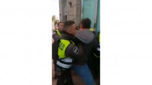 Diversos vigilants de seguretat intervenen en una baralla entre els Mossos i un passatger a Granollers