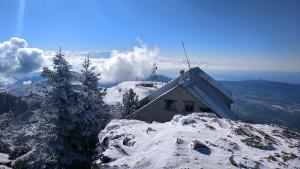 Imatge del cim del Montseny nevat aquest dijous