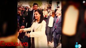 La reina Letícia apropant-se a la multitud que l'esperava