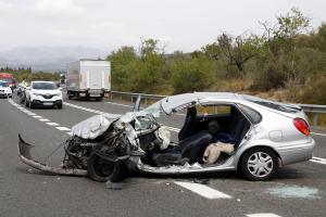 Pla general del vehicle on viatjava la víctima mortal de l'accident a l'N-340, al Perelló (Baix Ebre)