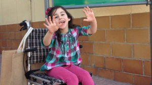 Busquen ajuda per a Chloe, la nena que pateix una malaltia rara i que es pot curar a Catalunya