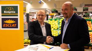 El director d'operacions del grup Bon preu, Joan Sabartés, i el president d'Afrucat, Francesc Torres, signant l'acord de col·laboració