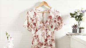El vestit de Primark és blanc amb estampat floral
