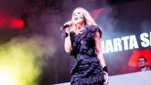 Marta Sánchez, durant l'actuació a Badalona