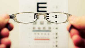 Més miops i des de més joves: els problemes visuals de les noves generacions