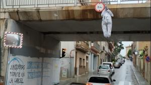 Pengen un ninot d'ERC en un pont del poble de Junqueras