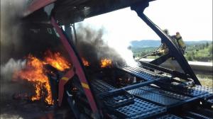 Un camió que transportava vehicles s'ha incendiat a l'A-2 a l'altura d'Igualada