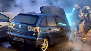 Els bombers van haver d'atendre diversos vehicles que havien cremat la nit del dissabte