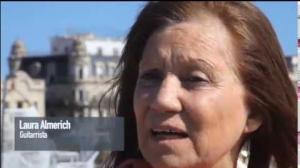 Imatge de Laura Almerich, concedint una entrevista amb Barcelona al fons