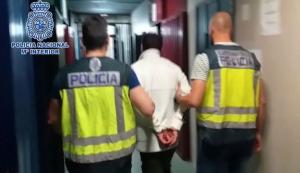 Imatge de l'autor dels assassinats, entrant a dependències policials