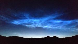 Imatge dels núvols noctilucents descoberts, aquest cas des del massís de la Maladeta, al Pirineu aragonès