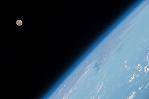 Vista de la Lluna i la corba de la Terra