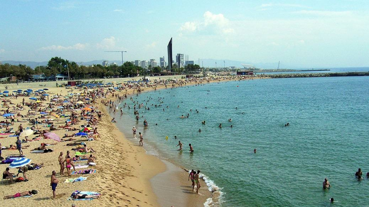 Desallotgen la platja de Nova Icària de Barcelona per mala qualitat de l'aigua