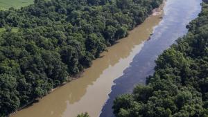 Imatge aèria del riu nord-americà contaminat amb whisky