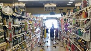 Imatge de les destrosses en un supermercat per culpa del fort terratrèmol
