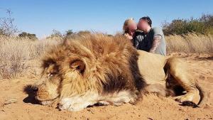 La imatge del petó de la parella al costat del lleó mort
