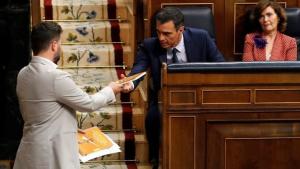Rufián lliurant el llibre de contes de Junqueras a Sánchez