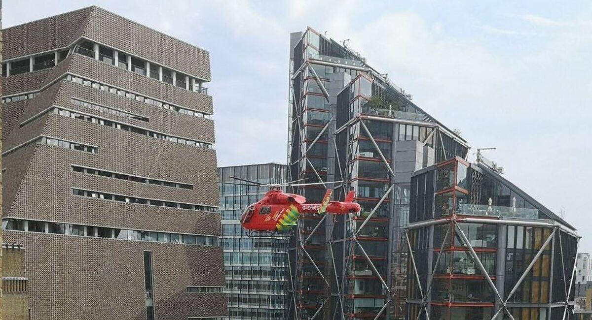 Els serveis d'emergència londinencs van efectuar el salvament de la víctima amb un helicòpter