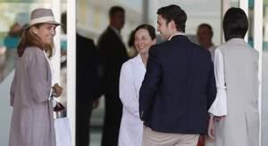 Froilà i la infanta Helena a l'entrada de l'hospital