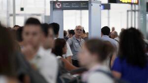 Imatge d'un vigilant de seguretat a l'aeroport del Prat.