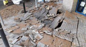 La canonada ha rebentat destrossant la vorera i inundant un establiment