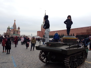 Dos nens pujats dalt d'un carro de combat, a Kazan.