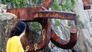 Pinten llaços grocs a l'obra «Peine del Viento» de Chillida, a Sant Sebastià