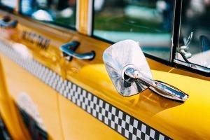 Retrovisor d'un taxi novaiorquès.